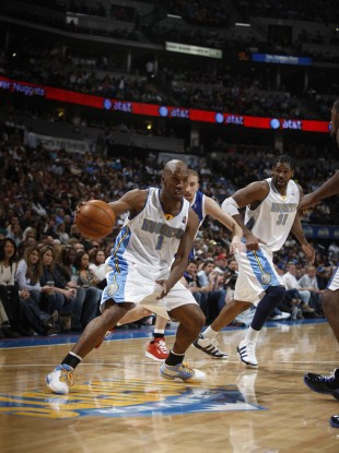 Denver Nuggets guard Chauncey Billups works ball inside against the Los Angeles Clippers