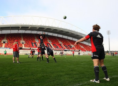Jerry Flannery throws to the lineout at training yesterday.
