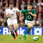 Ireland's Keith Earls races away from Matt Banahan of England early in the first half.<span class=
