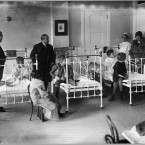 Nurses, doctors, and others with children in beds, 1920, at the New York Post-graduate Medical School and Hospital. (Library of Congress, Prints & Photographs Division)