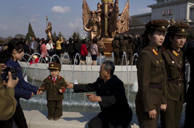 الحياة في كوريا الشماليه ..........متجدد  North-korea-military-3-630x418