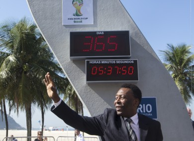 Pele unveils the clock.