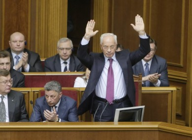 Mykola Azarov waves to lawmakers in parliament
