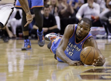 Oklahoma City Thunder's Kevin Durant (35) dives for a loose ball.