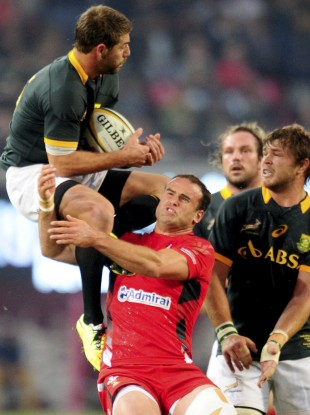 Le Roux fields a high ball as Jamie Roberts makes the challenge that saw him sin binned.