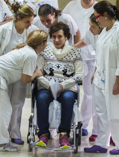 Spanish nurse cured of Ebola holds back tears as she leaves hospital