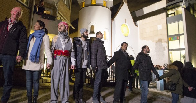 Muslims form 'human shield' around Oslo synagogue