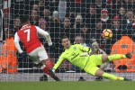 Alexis Sanchez penalty snatches thrilling win for 10-man Gunners