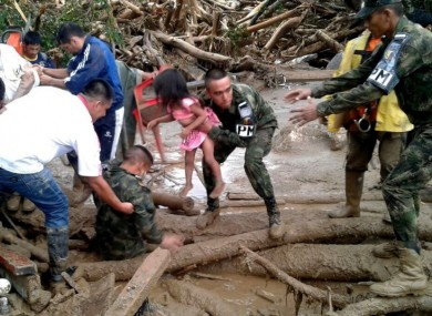 Soldiers rescue landslide victims in Mocoa