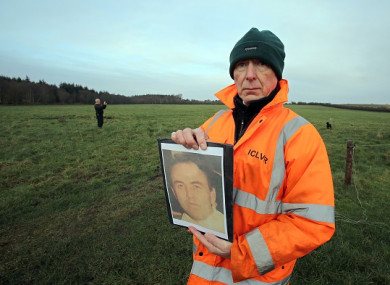 ICLVR investigator Geoff Knupfer holds a picture of Joe Lynskey at the start of a previous search.