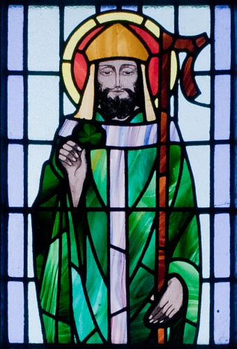 Kilbennan_St_Benins_Church_Window_St_Patrick_Detail_2010_09_16