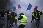 Yellow vest protestors take to the streets of Paris