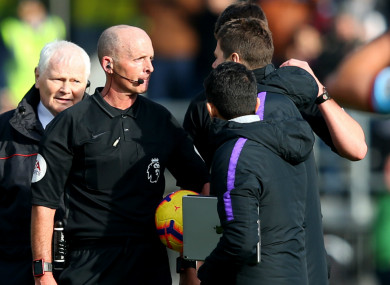 Mauricio Pochettino confronts Mike Dean.
