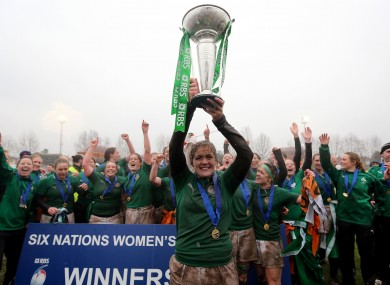 Fiona Coghlan lifts the Six Nations trophy.