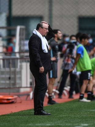 Rafa Benitez watches on during the Chinese Super League clash.