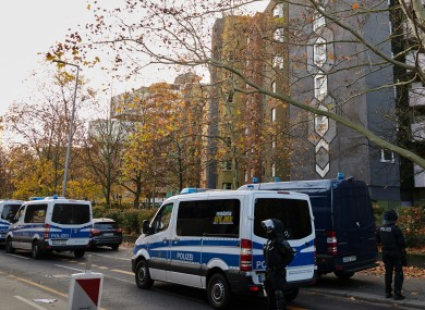 Police vehicles are parked in front of houses in Gitschiner Straße in Berlin