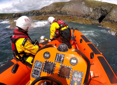 The lifeboat Helm performed a veering down manoeuvre which brought the lifeboat close to the rocks.